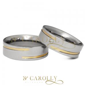Modelo: 390 / 390-1 Largura: 6 mm Espessura: 1,6 mm Material: Aço inox Acabamento externo: Másc: Reta, polida, com friso tipo rosca e filete de ouro | Fem: Reta, polida, com friso tipo rosca, filete de ouro e pedra de zircônia cravada Acabamento interno: Anatômica Descrição: Aliança de compromisso ou namoro, discreta, produzida em aço inox com cravação de pedra de zircônia, friso tipo rosca e filete de ouro. Excelente durabilidade. Este material não oxida com o tempo como a prata, não demanda manutenção e é altamente resistente a riscos.