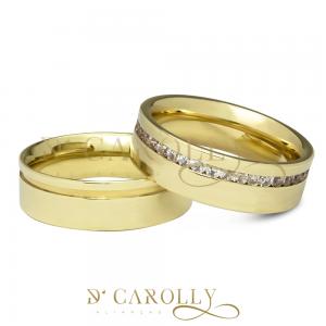Modelo: M-NAPOLIS / M-NAPOLIS-1 Largura: 6 mm Espessura: Másc: 1,4 mm / Fem: 2 mm Material: Liga de moeda antiga Acabamento Externo: Reta, polida, com friso (ou canaleta) na aliança masculina, e pedras de zircônia cravadas no trilho da aliança feminina. Acabamento Interno: Anatômica. Descrição: Linda aliança de moeda para casamento ou noivado com 6 mm de largura, com friso na aliança masculina, e pedras de zircônia cravadas no trilho da aliança feminina. Ambas são anatômicas. Este material demanda alguns cuidados, esta liga tende a oxidar com o tempo, a limpeza e manutenção periódica do material fazem com que mantenha sua beleza constante. Obs.: Pessoas alérgicas a bijuterias podem apresentar alergia a este tipo de material.