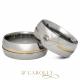 Modelo: 410/ 410-1 Largura: 8 mm Espessura: 2 mm Material: Aço inox Acabamento externo: Másc: Reta, polida, com friso central e filete de ouro | Abaulada: Reta, polida, com friso central, filete de ouro e pedra de zircônia cravada Acabamento interno: Anatômica Descrição: Aliança de compromisso ou namoro, discreta, produzida em aço inox com cravação de pedra de zircônia, friso central e filete de ouro. Excelente durabilidade. Este material não oxida com o tempo como a prata, não demanda manutenção e é altamente resistente a riscos.