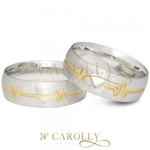 Modelo: AG2094 / AG2094-1 Largura: 7 mm Espessura: 1,4 mm Material:Prata 950 Acabamento externo: Másc.: Abaulada, polida, lisa, detalhe de batimentos cardíacos folheado a ouro. | Fem.: Abaulada, polida, lisa, detalhe de batimentos cardíacos folheado a ouro e coração vazado no centro. Acabamento interno:Anatômica Descrição: Aliança de compromisso ou namoro, abaulada, detalhe folheado a ouro de batimentos cardíacos e coração vazado. IMPORTANTE: A prata é um metal nobre! Demanda alguns cuidados relacionados ao uso, como característica do material, tende a oxidar quando exposto a alguns produtos químicos e índices elevados de ácido úrico.